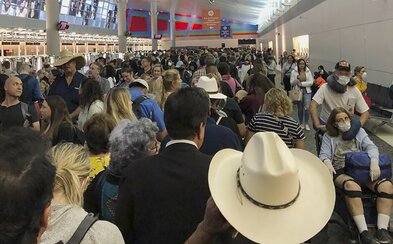 Letiská v USA sa zmenili na ideálny zdroj nákazy. Stovky ľudí  bez rúšok čakajú v jednej hale na kontrolu