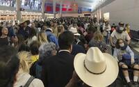 Letiště v USA se změnila v ideální zdroj nákazy. Stovky lidí bez roušek čekají v jedné hale na kontrolu