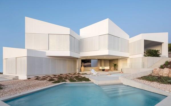 Letné sídlo z budúcnosti na Baleárskych ostrovoch, v ktorom človek zabudne na všetky problémy