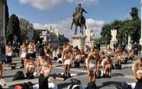 Letušky se v centru Říma svlékly do spodního prádla. Protestovaly proti pracovním podmínkám