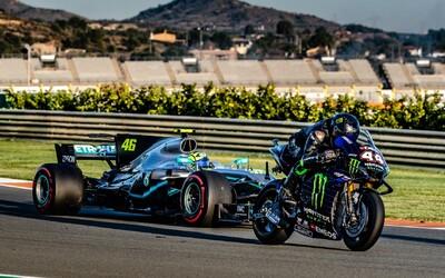 Lewis Hamilton a Valentino Rossi si vyměnili závodní stroje. Ital zaostal jen o 1,5 sekundy