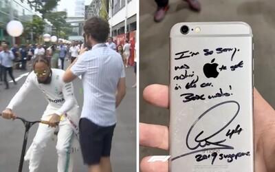 Lewis Hamilton na koloběžce vyrazil fanouškovi z ruky mobil. Později se mu na něj podepsal