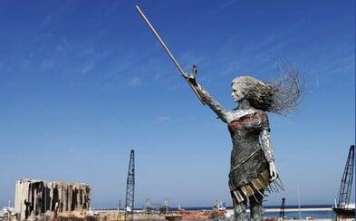 Libanonská umělkyně přetavila svůj hněv a smutek do díla. Vytvořila sochu z rozbitého skla a zbytků z výbuchu v Bejrútu