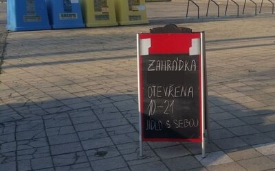 Lidé, kteří na Slovácku popíjeli během zákazu volného pohybu na zahrádce, dostali pokuty ve vyšších sazbách