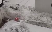 Lidé natáčeli lavinu, která se valila ulicemi. Hromada sněhu sahala do výšky 2,4 metru