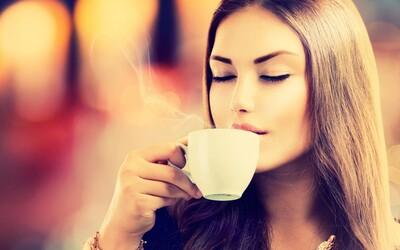 Lidé pijící kávu žijí déle. Nové výzkumy zjistily mimo jiné i ideální počet vypitých šálků za den