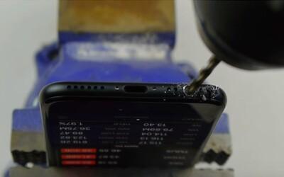 Lidé si kvůli internetovému žertíku vrtají díry do nového iPhonu 7. Prý je 3,5milimetrový jack jen skrytý