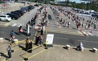 Lidé v Británii čekali před obchodními domy IKEA i několik hodin. Při pohledu na tyto záběry zůstává rozum stát