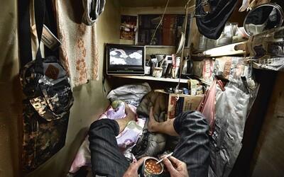 """Lidé v Hongkongu už nemají kde bydlet. Platí velké peníze za to, že žijí v """"rakvích"""""""