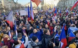 Lidé v Praze demonstrují proti vládním nařízením, na akci dohlíží policie