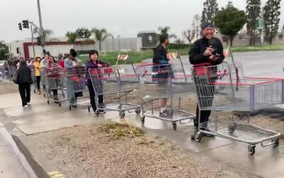 Lidé v USA stáli před obchodem v kilometrové frontě. Zásobují se jako před válkou