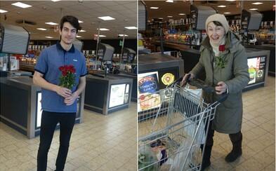 Lidl dnes svým zákaznicím rozdával květiny a přání krásného Mezinárodního dne žen