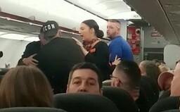 Lietadlo muselo núdzovo pristáť kvôli hádke muža a ženy. Okrem nádávok lietali aj pľuvance