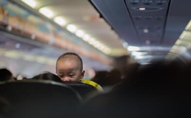 Letadlo s nigerijskými cestujícími muselo nouzově přistát, jedna z žen krátce po startu porodila dítě