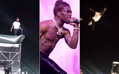 Lil Uzi Vert sa počas svojho koncertu opäť odviazal. Do náručia svojich fanušíkov skočil z vysokého lešenia