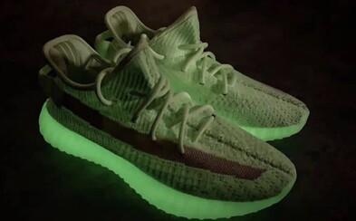 Limitované Yeezy svietiace v tme dostali neónovo-zelenú farbu. Exkluzivita sa odrazila aj na cene