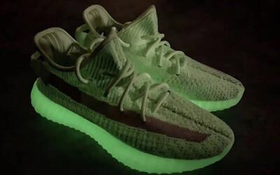 Limitované Yeezy svítící ve tmě dostaly neonově-zelenou barvu. Exkluzivita se odrazila i na ceně