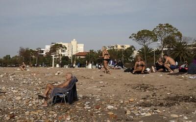 Lockdown po řecku: V Aténách bylo přes víkend horko, lidé bez roušek odpočívali na plážích