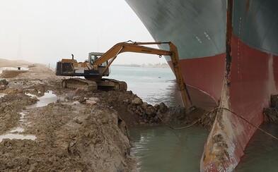 Loď, která blokovala Suezský průplav, znovu stojí. Majitel musí zaplatit téměř 20 miliard korun, jinak mu ji nevydají