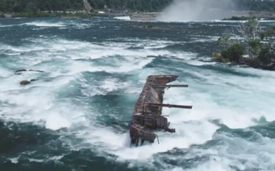 Loď zaseknutá mezi skalami na Niagarských vodopádech se po více než 100 letech posunula, může za to silný déšť a vítr