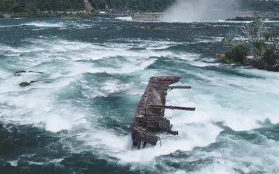 Loď zaseknutá medzi skalami na Niagarských vodopádoch sa po viac ako 100 rokoch posunula, môže za to silný dážď a vietor