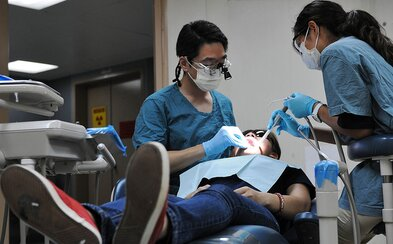 Londýnski vedci vyvinuli materiál, ktorý dokáže opraviť zuby poškodené zubným kazom