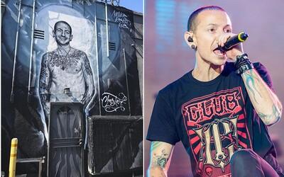Los Angeles si nádherně připomíná zesnulého lídra kapely Linkin Park. Obrovská malba Chestera Benningtona zastavuje dopravu