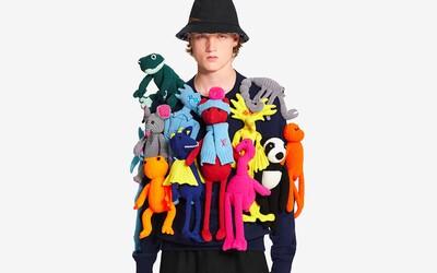 Louis Vuitton ponúka sveter zo 14 látkových a háčkovaných bábik za 7-tisíc eur