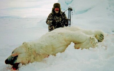 Lovcom ľadových medveďov, ktorí pózujú pred krvavými telami ohrozených zvierat, platia aj 40-tisíc eur
