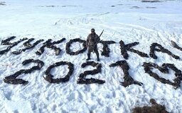Lovec se v Rusku vyfotil s nápisem Čukotka 2021 poskládaným ze 150 mrtvých opeřenců. List Novaja Gazeta na něj vypsal odměnu
