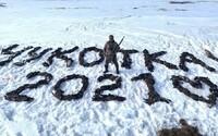 Lovec v Rusku sa vyfotil s nápisom Čukotka 2021 vytvoreným zo 150 mŕtvych operencov. Denník Novaja Gazeta naňho vypísal odmenu