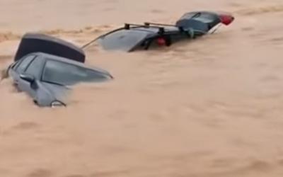 Ľudí, autá aj nábytok berie na ulici prúd vody zo záplav. Po potopách v Španielsku je 3500 nezvestných a najmenej 6 mŕtvych