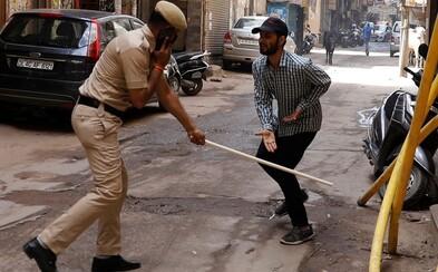 Ľudí, ktorí porušia zákaz vychádzania, policajti bijú palicami alebo ich nútia robiť kliky. India nezvláda boj s koronavírusom