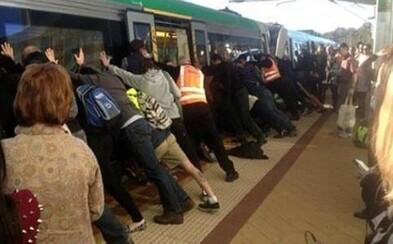 Ľudia naklonili vlak, aby zachránili uväzneného muža