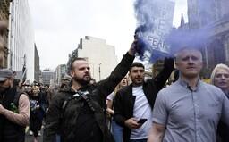 Lidé po celé Evropě protestují proti lockdownům a pandemickým opatřením. Dav rozhánějí policisté vodními děly či obušky