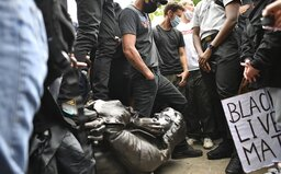 Lidé při protestech proti rasismu strhli sochu známého obchodníka s otroky