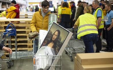 Ľudia sa tlačili, sácali, iní sa povracali, alebo ich zhodili. Ako vyzeral predaj kolekcie Virgila Abloha v bratislavskej IKEA