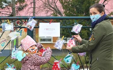 Ľudia šijú rúška, vešajú ich pred domy a ponúkajú ich susedom zadarmo. Niektoré sa minuli do hodiny