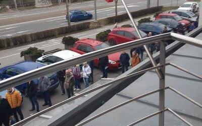 Ľudia v Košiciach nerešpektujú mimoriadnu situáciu a zoskupujú sa pred úradmi, čím zvyšujú riziko nákazy