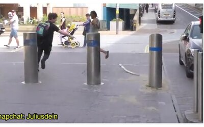 Ľudia vrieskali a skákali, keď sa pri nich objavil dvojmetrový pytón. Až potom si všimli, že je len plyšový