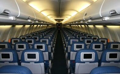 Lidé sdílejí fotografie prázdných letadel. Proč se létá i ze zemí, pro které platí zákaz?