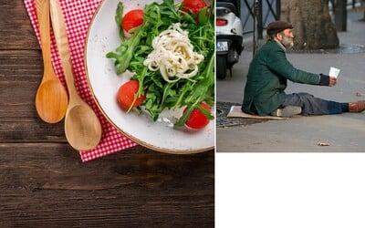 Ľuďom bez domova ponúka jedno teplé jedlo denne. Projekt Stůl pro jednoho je ďalším skvelým charitatívnym počinom u našich susedov