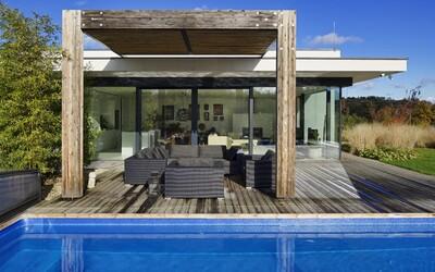 Lukrativní bydlení ve městě a v přírodě zároveň. Český ateliér dokonale propojil interiér s exteriérem plným zeleně