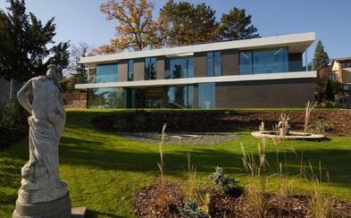 Luxusné bývanie nemusíte vlastniť. Na pražskom Smíchove je možné prenajať si majestátnu vilu za vyše 6-tisíc eur mesačne