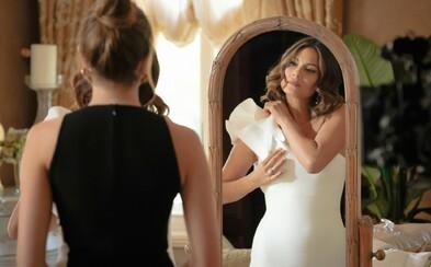 Luxusné šaty, značkové doplnky a drahé šperky na obrazovke. Je štýl krások zo seriálu Dynasty odlišný v ich bežnom živote?