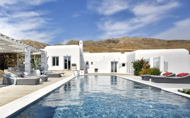 Luxusnému sídlu na grécky spôsob z ostrovu Mykonos dominuje biela