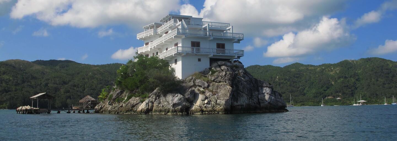 Luxusní letovisko stojí na skalisku v průzračných vodách Karibiku a má i svoji vlastní malou pláž