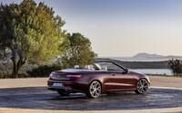 Luxusný Mercedes-Benz triedy E sa pripravuje na leto. Zhadzuje strechu, naberá však na šarme!