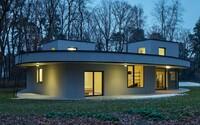 Lužní lesy u Prahy ukrývají tento architektonický skvost ve skandinávském stylu