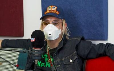 Lvcas Dope v rádiu tvrdil, že na koronavirus údajně zemře 5 miliard lidí. K šíření nepodložených informací si přibral respirátor